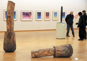 作家の内面を表現した作品を見学する来場者=岐阜市宇佐の県美術館で