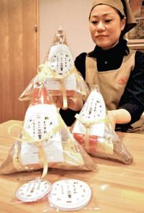 県の観光キャンペーンにちなんで発売する「福引せんべい」=県庁で