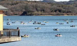 ボートでワカサギ釣りを楽しむ人たち=犬山市の入鹿池で