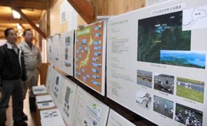 全国の自然再生協議会を紹介したパネル=若狭町の里山里海湖研究所で