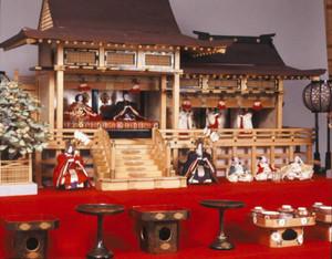 にぎにぎしい飾り付けが目を引く雛御殿飾り=彦根城博物館提供