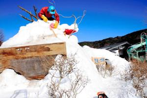 竜の雪像を造る巾さん=木曽町日義