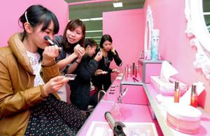 特設会場に作られたパウダールームを使う女性たち=栄の松坂屋名古屋店で