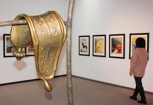 有名な「柔らかい時計」の彫刻などが並ぶ会場=大津市の県立近代美術館で