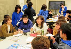 イベント当日の流れなどを話し合う実行委員会のメンバーら=長久手市武蔵塚のまちづくりセンターで