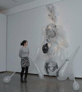 立体の解剖図をガラスと和紙で仕上げた作品=富山市民プラザで