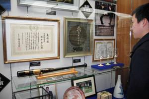 一般公開された市民栄誉賞表彰状や輪島塗のバット=能美市山口町で