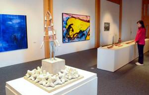 海や漁業を題材にした陶芸作品や絵画が並ぶ会場=尾鷲市向井の県立熊野古道センターで