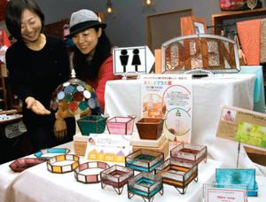 ステンドグラス作品を展示する山田さん(左)と会場を提供した上村さん=瀬戸市さつき台で