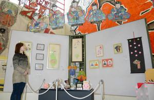 ひな人形のたこや絵手紙、絵画、陶器などが展示される会場=東近江市の東近江大凧会館で
