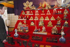 来館者を最初に迎えてくれる明治時代の7段飾り=須坂市穀町の田中本家博物館で