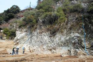 新たに見つかった庭園の跡。岩壁から滝が流れ落ちていたとみられる=岐阜市千畳敷で