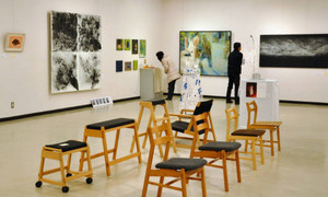 多彩な作品が並ぶ「若造展」=飯田市の県飯田創造館で
