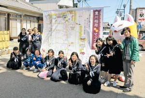 お披露目された巨大マップと、制作した東部中美術部の生徒ら=豊川市の豊川稲荷門前商店街で