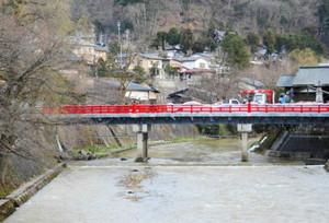 久々に赤い欄干が姿を現した中橋=高山市片原町で
