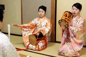 鼓の稽古をする浅井霞海さん(左)と鈴木美帆さん=岐阜市東高岩町の満豊で