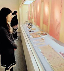 企画展で秋声ゆかりの展示品に見入る来場客