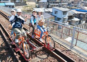 今季の運行が始まったレールマウンテンバイクを満喫する乗客=飛騨市神岡町で