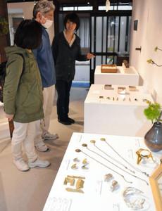 鋳物の可能性を広げる作品が並ぶ企画展=金沢市安江町で