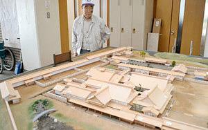 大聖寺藩邸のジオラマを前にする野田惣八さん=加賀市大聖寺地区会館