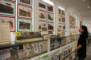 北勢線開業100周年を記念し、関連資料を集めた展示=桑名市立中央図書館で