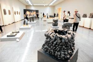 久世建二・前金沢美大学長ら県ゆかりの5作家を紹介する「新紀元革新の視座」展=県立美術館で
