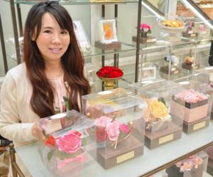 「プリザーブドフラワー」のアレンジメント作品を並べた輿淳子さん=名鉄百貨店一宮店で