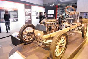 復元途中の米国車「フランクリン」が展示されている会場=長久手市のトヨタ博物館で
