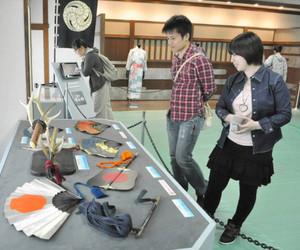 「軍師官兵衛」の衣装や軍配などを紹介する巡回展=清須市の清洲城で