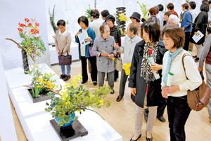 初日からファンらでにぎわう、いけばな芸術展=浜松市中区の遠鉄百貨店で