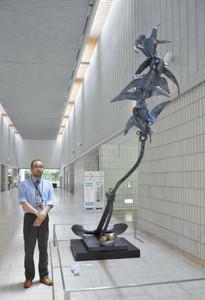 「錨を上げる」(ヴァレリアーノ・トルッビアーニ作)=岐阜市宇佐の県美術館で