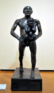 子供を連れた男No.2(ジュリアーノ・ヴァンジ作)=岐阜市宇佐の県美術館で