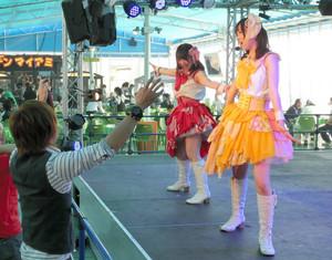 マイアミ名物の「マイちゃんアミちゃん」のステージ。踊って汗をかけば、ビールの味も格別だ=名古屋三越栄店で