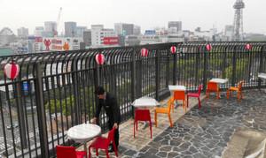 屋上に設けられた「カップルシート」。栄の目抜き通りを見下ろす特等席だ=中日ビルで