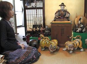 店内に飾られている男前の秀吉人形=長浜市大宮町の玉八紙店で