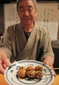 独特の歯触り、味わいがあるウズラ卵の殻付き串=豊橋市で