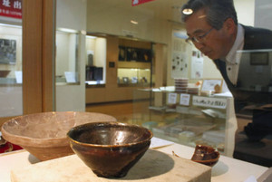 戦国時代の貴重な茶道具が並ぶ会場=長浜市の五先賢の館で