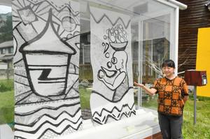 アフリカの女性や工芸品をモチーフにした作品を描いた田田田もひちずさん=越前市のストリートギャラリーみちくさで