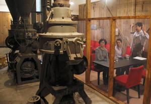 40年前まで使っていた精米機を横に発酵料理が楽しめるカフェ=豊郷町の岡村本家で