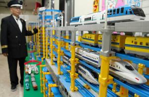 総延長約50メートルのレールとさまざまな鉄道模型があふれる会場=松阪市日野町の松阪てつどう物産かんで