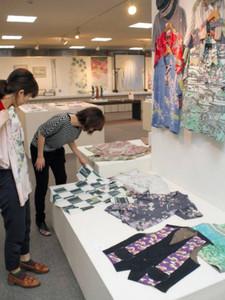 加賀友禅のアロハシャツやベスト=県地場産業振興センターで