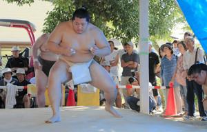 名古屋場所での活躍が期待される遠藤関の朝稽古を見ようと詰め掛けた人たち=鈴鹿市白子本町の白子東公園で