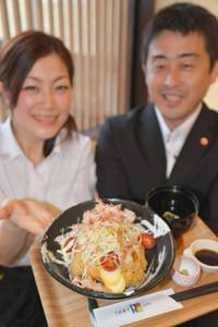 サバカツを盛った「熟成さばのSK」。山本恭子さん(左)の自信作で、野村明志さんも「うまい」と太鼓判=大野市のうおまさcafeで