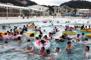 大きな波の出るプールで遊ぶ親子連れや若者たち=蒲郡市のラグーナ蒲郡で