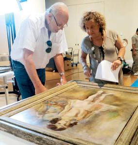 パスキンの代表作「少女幼い踊り子」の状態を確認するローズマリー・ナポリターノさん(右)ら=県美術館で