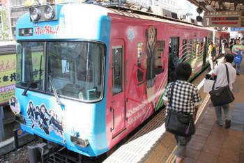 人気アニメのキャラクターを大胆にデザインしたラッピング列車=大津市の京阪浜大津駅で