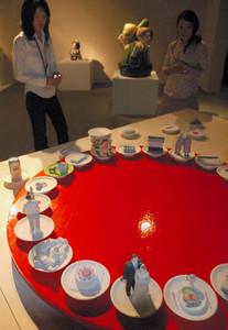 食をテーマに展示された器やオブジェ=甲賀市の県立陶芸の森で