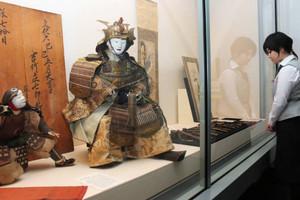 江戸から昭和の新資料が並ぶ会場=大津市歴史博物館で