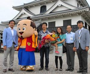 入館者500万人目となった中田さん一家や関係者=長浜市の長浜城歴史博物館で