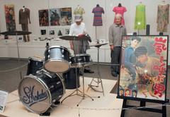 石原裕次郎さんが実際に撮影でたたいたドラム=藤枝市郷土博物館・文学館で